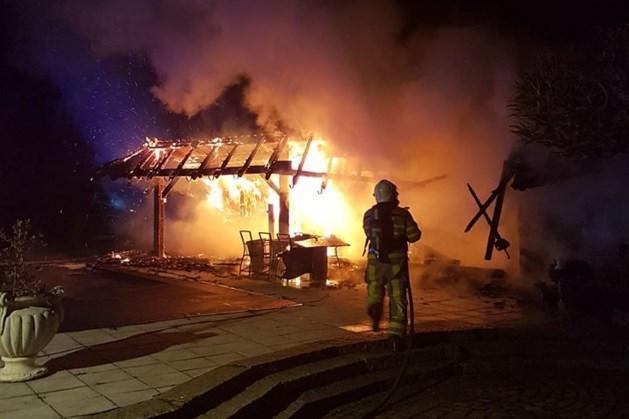 Overkapping gaat in vlammen op in Bunde