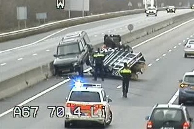Auto met aanhanger schaart: verkeer via vluchtstrook op A67
