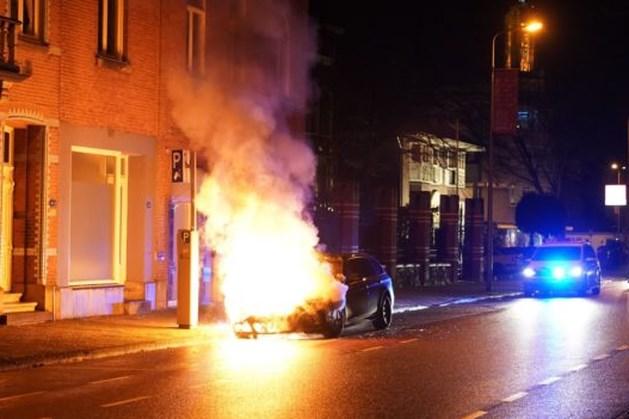 Geparkeerde auto in vlammen op in Weert