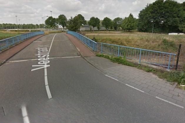 Vrachtverkeer dendert illegaal over oude spoorbrug in Sittard