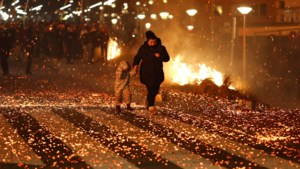 'Politie kneep oogje toe': 's Nachts nog trucks vol pallets naar strand