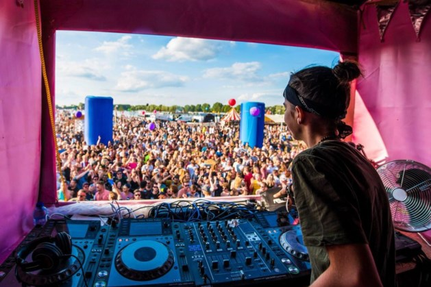 Platencontract voor 15-jarige DJ Riley