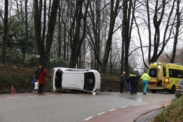 Auto op zijn kant na ongeluk in Milsbeek