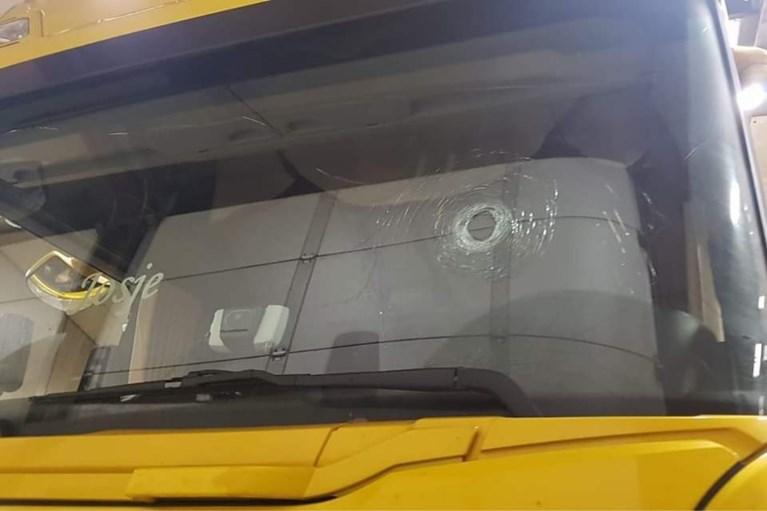 Dit is de truck van de Landgraafse chauffeur, met stukgeslagen ruiten