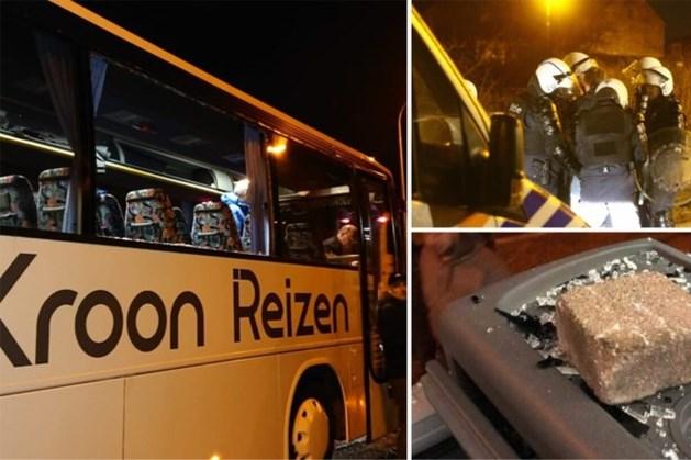 Elf aanhoudingen na bekogelen van supportersbussen