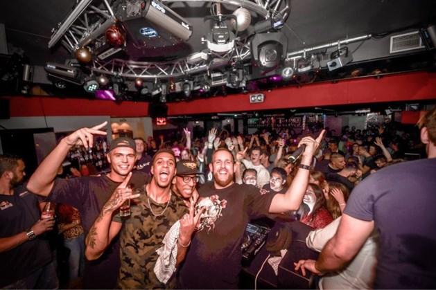 DJ Admin (31) viert verjaardag met vrienden achter draaitafel