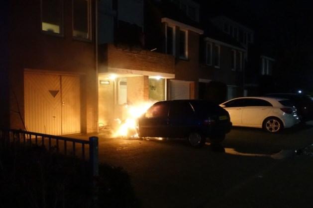 Auto gaat in vlammen op in Weert