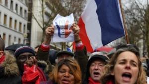 Na gele hesjes heeft Parijs nu ook de rode sjaaltjes