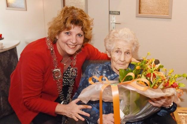 Mevrouw Veldpaus-Thijssen blaast honderd kaarsjes uit