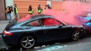 Geweld en gewonden bij protesten gele hesjes Parijs: hand van betoger afgerukt
