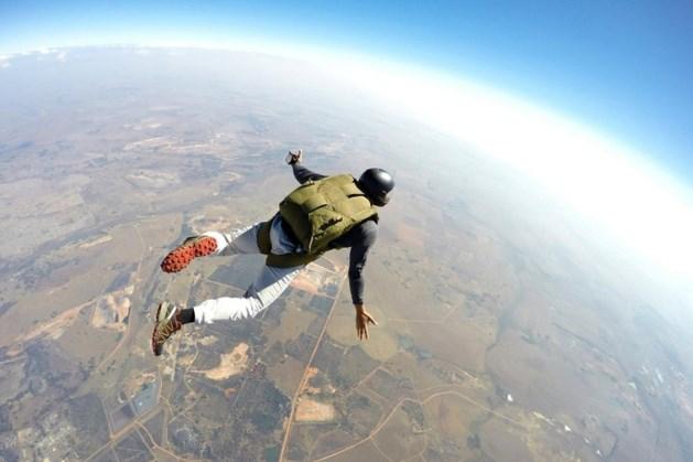 Vrouw vecht voor haar leven nadat parachute niet opent na sprong uit vliegtuig bij Spa