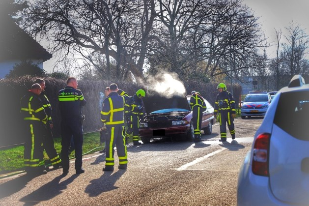 Medewerkers Carwash blussen brandende auto in Echt