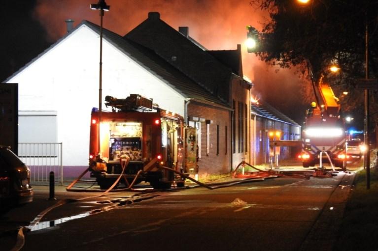 Drie bedrijven verwoest, twee mensen uit brandend pand gered in Tegelen