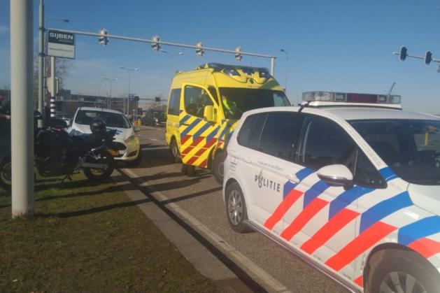 Vrouw op motor gewond na aanrijding met auto