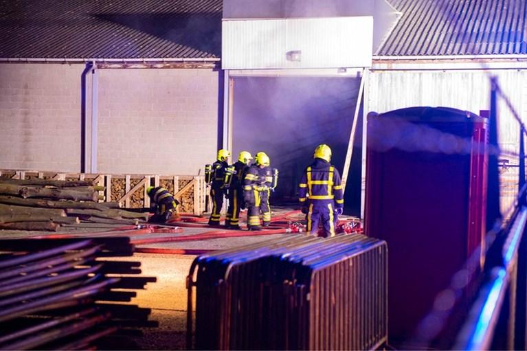 Brandweer rukt massaal uit voor grote brand in bedrijfsloods Swalmen