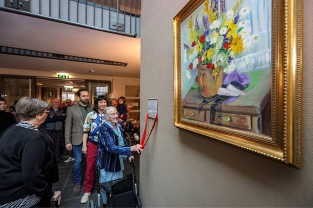 96-jarige kunstenares schenkt schilderijen