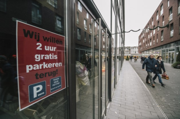 Handtekeningen Geleense parkeerpetitie aangeboden tijdens sleuteloverdracht