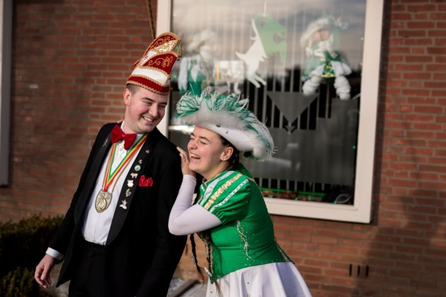 Carnavalsliefdes: Liefde op het eerste gezicht tussen dansmarieke en prins in de polonaise