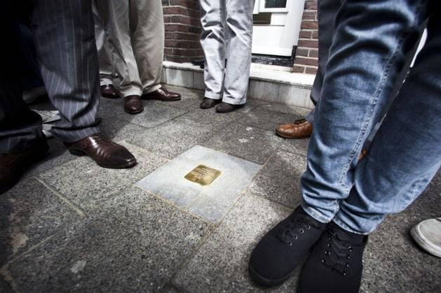 Kunstenaar legt Stolpersteine in Roermond