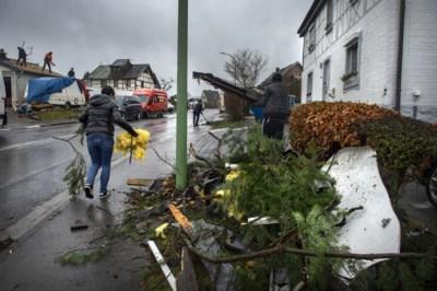 Dorp likt wonden na tornado: 'Alsof zwarte wolken op ons neer daalden'