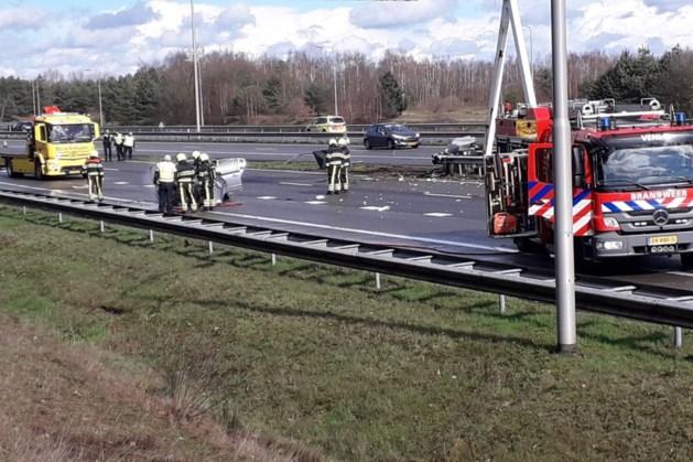 Auto botst hard tegen vangrail op A73 en vliegt in brand
