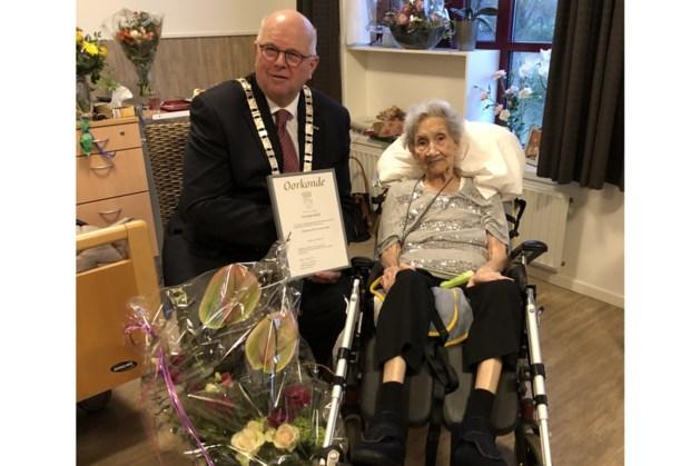 Bloemen en oorkonde voor 100-jarige mevrouw Cornelisz-Meis