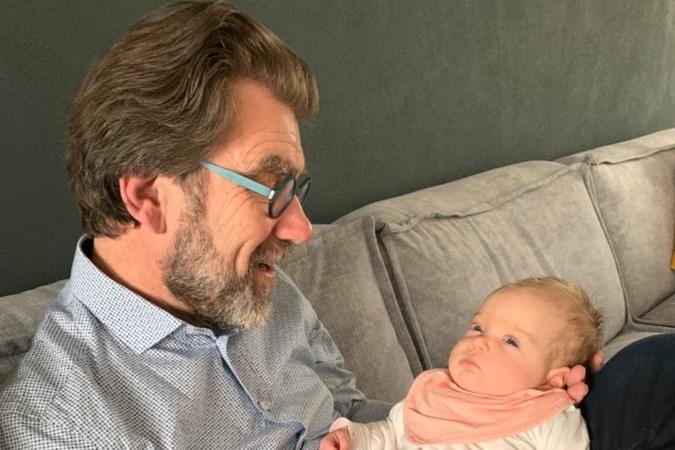 Opa verwelkomt eerste kleinkind met eigen liedje