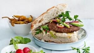 Lenteburger van rund- en lamsvlees, met heerlijke houmous, avocado en feta