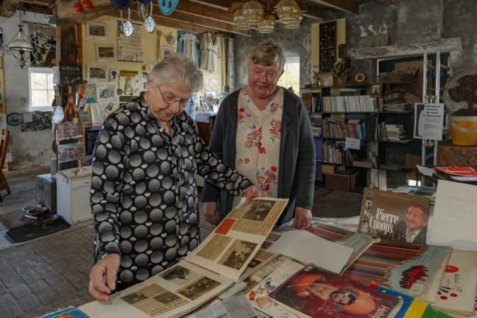 Bezoekers plezieren met de plakboeken over Pierre