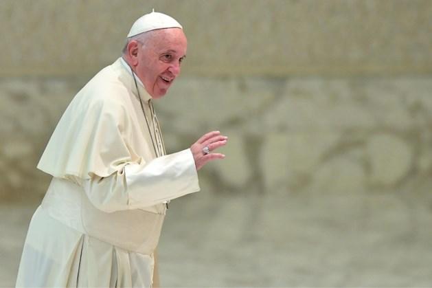 Paus reageert op handkus-mysterie: 'kwestie van hygiëne'