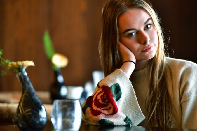 Romy (18) stapt over haar schaamte heen om haar vader een mooie uitvaart te bezorgen