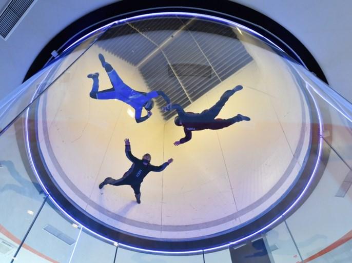 Parachutespringen op het droge in de grootste windtunnel van Europa