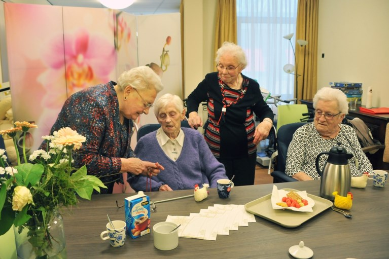 Agnes (90) en Mia (94) zijn nog kwiek genoeg voor vrijwilligerswerk