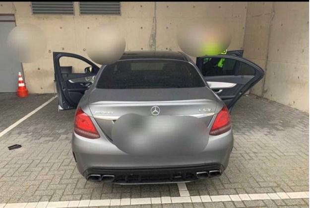 Inzittenden Mercedes slaan te voet op de vlucht bij controle