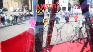 Veiling handtekeningenbord Amstel Gold Race levert 4.038 euro op voor Ronald McDonald Kindervallei