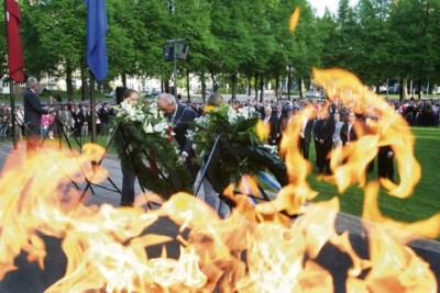 Koningsplein herdenkt nu wel gelijktijdig met officiële ceremonie in Maastricht