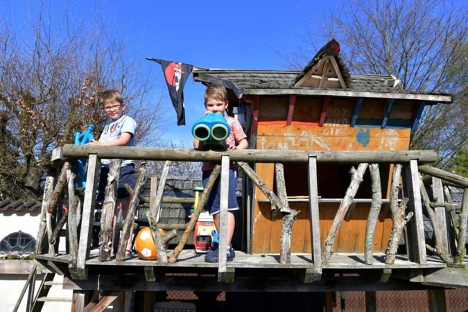 Een boomhut vol boobytraps of een heus piratenschip; zij komen de zomer wel door…