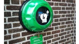 Wandelclub loopt nieuwe AED bij elkaar