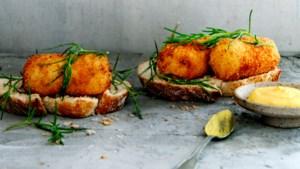 Brandadekroketjes met brood en gefrituurde zeekraal
