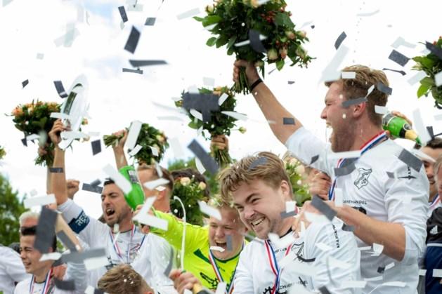Voetballers RKUVC vieren kampioenschap in jubileumjaar