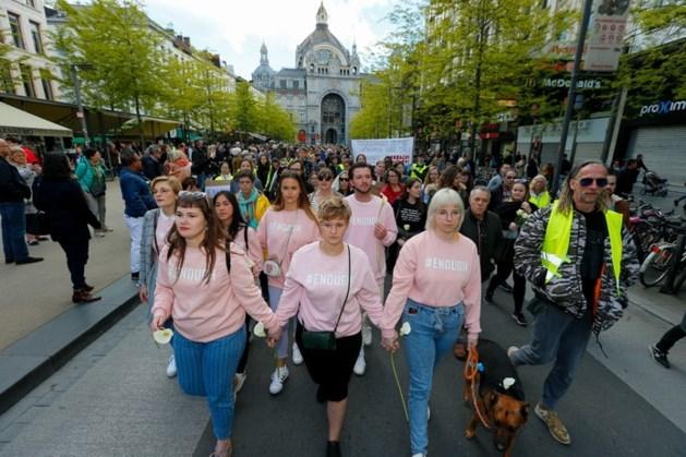Meer dan 15.000 mensen de straat op voor vermoorde Julie (23)