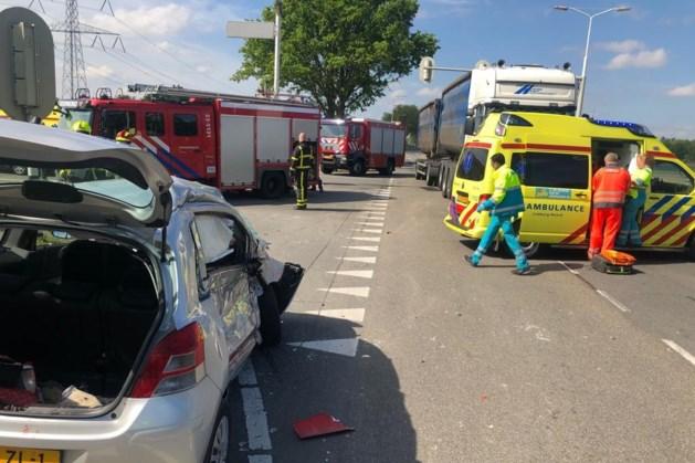 Man raakt zwaargewond bij ernstig ongeluk tussen auto en vrachtwagen