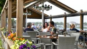 Schnitzel met een glimlach op het terras van Kanters in Ool