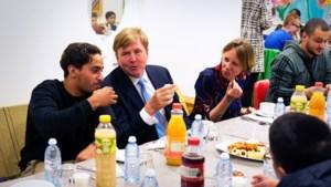 Willem-Alexander schuift voor het eerst in zijn leven aan bij een iftar