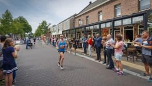 Reuverse communicantjes trekken meer bekijks dan marathonlopers