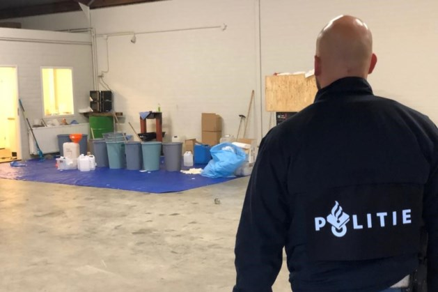 Drugslab aangetroffen in loods: zoektocht naar vier gevluchte verdachten