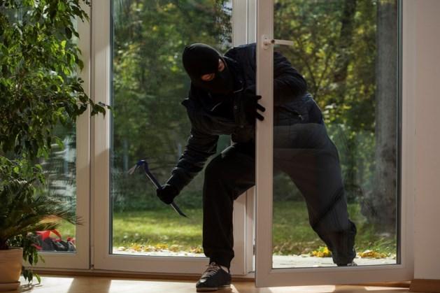 Inbreker (25) denkt politie te slim af te zijn en verstopt zich in bed