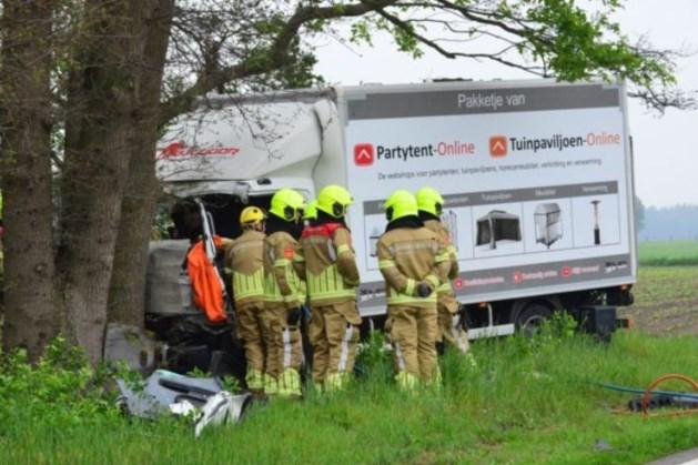 Twee gewonden bij aanrijding tussen vrachtauto en bestelbus