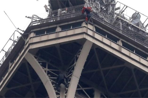 Video: Eiffeltoren geëvacueerd om klimmer