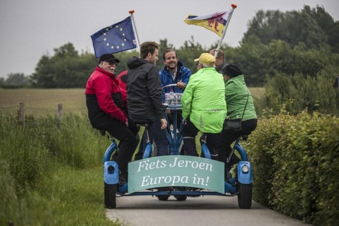 Nummer 2 van het CDA werft kriskras door Limburg stemmen op de bierfiets